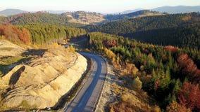 Vue de primevère farineuse sur le paysage serpentin de route et de montagne carpathiens l'ukraine clips vidéos