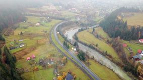 Vue de primevère farineuse de vallée pittoresque de montagne avec un village, un chemin de fer, une route et une rivière l'ukrain clips vidéos