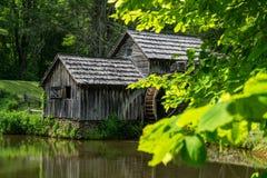 Vue de printemps au moulin de Mabry, Ridge Parkway bleu Images libres de droits