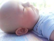 Vue de profil de bébé garçon endormie images libres de droits