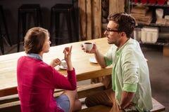 Vue de profil de deux amis buvant du café Image libre de droits