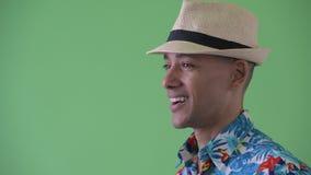 Vue de profil de plan rapproché du sourire de touristes ethnique multi heureux d'homme banque de vidéos