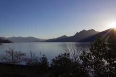 vue de promenade de bord de la mer de maggiore de lago près de verbania photographie stock