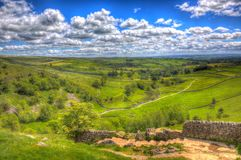 Vue de promenade jusqu'au dessus du hdr du R-U de vallées de Yorkshire de crique de Malham photo stock