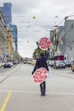 Vue de protestataire de participation d'arrêt d'un racisme des plaquettes maintenant en dehors de la station de rue de Flinders à Photo libre de droits