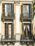 Vue de quatre fenêtres avec des balconys sur un fond de mur Images libres de droits