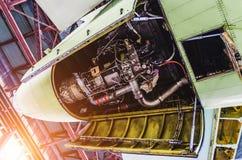 Vue de queue d'avions et de générateur auxiliaire de bord Photo stock