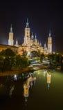 Vue de réflexes de nuit de cathédrale du Basilica†« Image stock