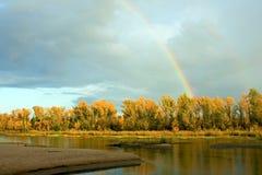 Vue de réflexion de l'eau de forêt d'automne dans l'eau de la rivière Volga Paysage de nature d'automne Beau double arc-en-ciel d photographie stock libre de droits