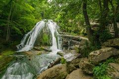 Vue de région boisée d'hurler la cascade courue image libre de droits