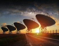 Vue de radiotélescope la nuit Image libre de droits