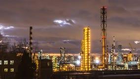 Vue de raffinerie de pétrole la nuit Photos stock
