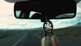Vue de receveur rêveur pendant du rétroviseur à l'intérieur de la voiture Course en le véhicule Vue de la route et des montagnes  banque de vidéos