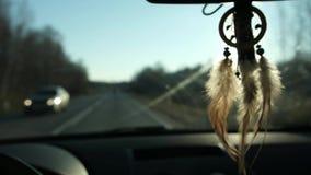 Vue de receveur rêveur pendant du rétroviseur à l'intérieur de la voiture Course en le véhicule Vue de la route et des montagnes  clips vidéos