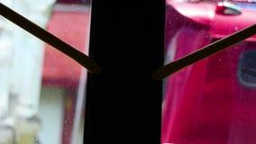 Vue de regarder par les fenêtres d'autobus la ville de Chingmai banque de vidéos
