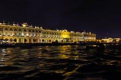 Vue de remblai de palais et du palais d'ermitage Le remblai de la rivière de Neva, St Petersbourg Août 2017 Photos stock