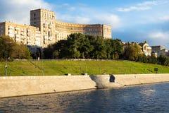 Vue de remblai de Rostovskaya dans la ville de Moscou photos stock