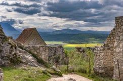 Vue de ressort dans la citadelle de Rasnov, en comté Roumanie de Brasov, avec des montagnes de Piatra Craiului à l'arrière-plan photographie stock libre de droits