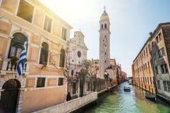 Vue de ressort dans le jour ensoleillé du dei Greci de San Giorgio avec le campanile Photo stock