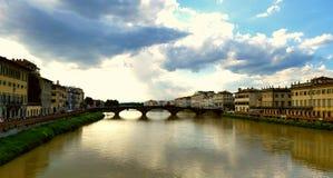 Vue de ressort de pont sur Arno River à Florence Image stock