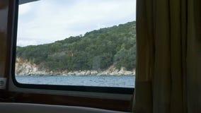 Vue de rivage de carlingue de bateau banque de vidéos