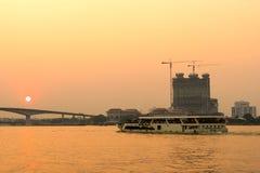 Vue de rive de Chaophraya avec des bâtiments et des bateaux Photographie stock libre de droits