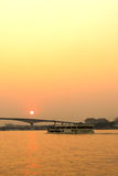 Vue de rive de Chaophraya avec des bâtiments et des bateaux Image libre de droits