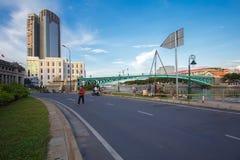 Vue de rive de Saigon au centre du centre avec des bâtiments à travers la rivière Ho Chi Minh City de Saigon de rive Photos stock