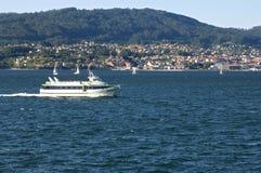 Vue de rivière avec des villages et des montagnes de ferry Photo stock