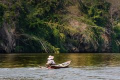 Vue de rivière avec la maison de radeau sur la rivière Kwai dans Kanchanaburi image stock
