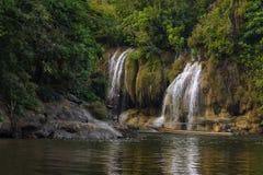 Vue de rivière avec la maison de radeau sur la rivière Kwai dans Kanchanaburi photographie stock
