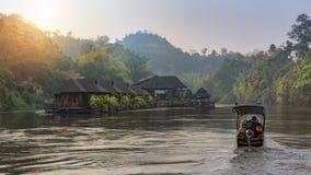 Vue de rivière avec la maison de radeau sur la rivière Kwai dans Kanchanaburi photos stock