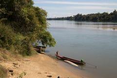 Vue de rivière avec la plage et le long bateau dans le premier plan photos stock