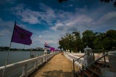 Vue de rivière avec les drapeaux thaïlandais photo stock
