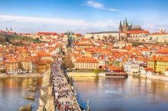 Vue de rivière de Charles Bridge, de château de Prague et de Vltava à Prague, République Tchèque d'en haut Beau jour ensoleillé d images stock