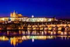 Vue de rivière de Charles Bridge, de château de Prague et de Vltava à Prague, République Tchèque pendant le temps de coucher du s photos libres de droits