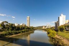Vue de rivière d'Itajai chez Blumenau, Santa Catarina Photo libre de droits