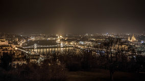 Vue de rivière de Budapest la nuit Construction du Parlement Photos libres de droits
