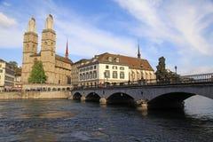 Vue de rivière de Limmat et ville de Zurich de vieille images libres de droits