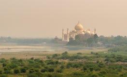 Vue de rivière de Taj Mahal et de Yamuna de fort d'Âgrâ Images libres de droits