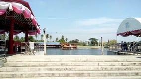 Vue de rivière des escaliers concrets de bord de mer, bateau fonctionnant au rivage opposé banque de vidéos