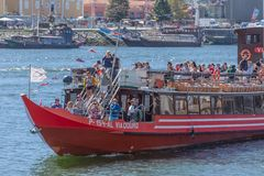Vue de rivière Douro, avec la navigation récréationnelle de bateau, intérieur de personnes dans des visites touristiques images stock