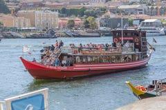 Vue de rivière Douro, avec la navigation récréationnelle de bateau, intérieur de personnes dans des visites touristiques photographie stock libre de droits