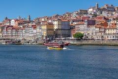 Vue de rivière Douro, avec la navigation récréationnelle de bateau, pour des visites touristiques images stock
