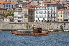 Vue de rivière Douro, avec la navigation récréationnelle de bateau, pour des visites touristiques image libre de droits