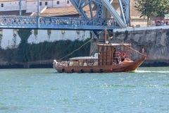 Vue de rivière Douro, avec la navigation récréationnelle de bateau, pour des visites touristiques, D Pont de Luis comme fond photo stock