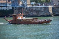 Vue de rivière Douro, avec la navigation récréationnelle de bateau, pour des visites touristiques, D Pont de Luis comme fond photo libre de droits