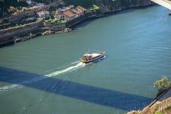 Vue de rivière Douro, avec la navigation récréationnelle de bateaux, pour des visites touristiques photo libre de droits