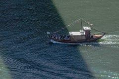 Vue de rivière Douro, avec la navigation récréationnelle de bateaux, pour des visites touristiques, au Portugal images libres de droits