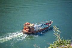Vue de rivière Douro, avec la navigation récréationnelle de bateaux, pour des visites touristiques, au Portugal photographie stock libre de droits